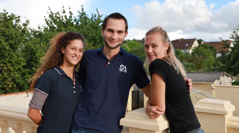 Alexandre entouré de ses partenaires, Rebecca (à gauche) et Elodie. Photo L.C.