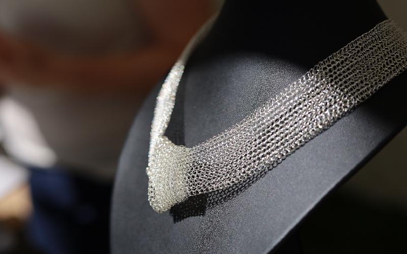 Création de bijoux en fil de fer crocheté par Emilie Beaure d'Augères. Photo LC-M'Essonne