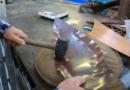 Après avoir été recuit, le cuivre est martelé pour être façonné.