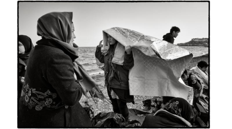 Une famille afghane tout juste arrivée sur les plages de Lesbos, Grèce. © Marie Dorigny /M.Y.O.P