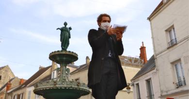 Guillaume Collignon, alias Lepasseur de maux, anime le marché d'Etampes pendant le confinement.
