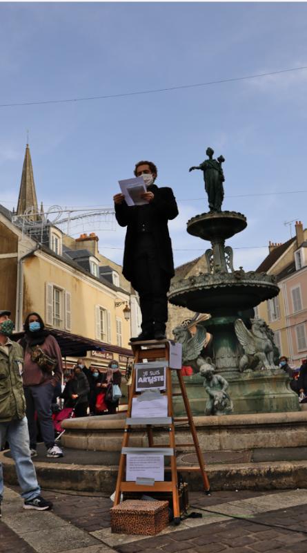 Lepasseur de maux suit le marché, le samedi place Notre-Dame et le mardi place Saint-Gilles.
