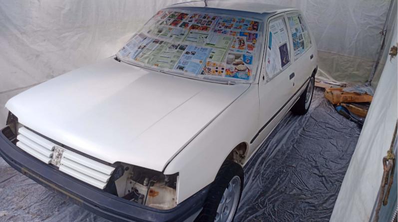 Kevin, le mécanicien du trio, a mis six mois pour restaurer et préparer la Peugeot 205. Photo Les Frangins du désert