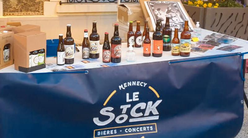 Pascal et Marie-Pierre tiennent un stand sur le marché de Mennecy, les samedis matins. Ils y proposent, comme au bar, des bières locales. Photo (c) Le Stock