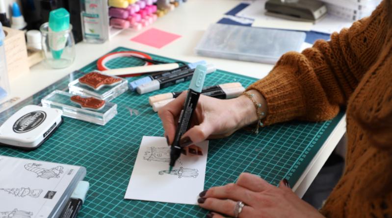 Nathalie Cazaux-Rocher, alias Scrapateliers colorie beaucoup d'éléments décoratifs. Photo LC-M'Essonne