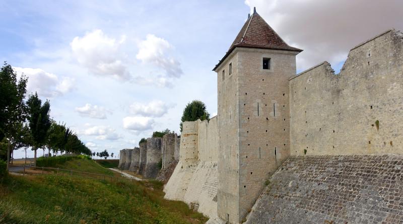 Un sentier permet de faire le tour des remparts de Provins. Photo LC-M'Essonne