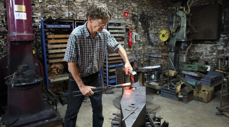 Olivier Loiseau dans la partie forge de son atelier. Photo LC-M'Essonne.