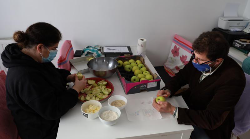 Stéphanie et Tarik se sont installés dans le salon pendant que Nayé s'affaire en cuisine. Photo LC- M'Essonne