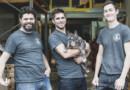 (De gauche à droite), Hubert, Nicolas et Julien, accompagnés de Earlie, leur bouledogue fraçais. Photo (c) Woodlens