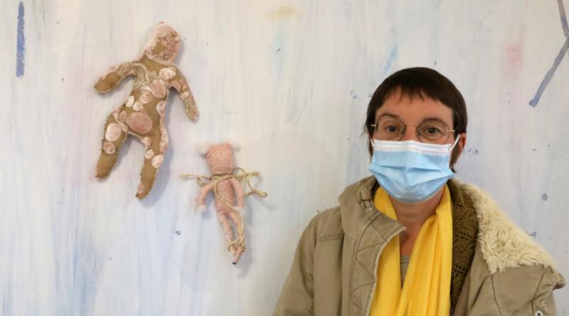 Maurice, alias Agnès, expose ses personnages aux côtés des oeuvres de Franck Claudon.