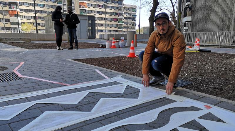 Stéphane Opéra collabore très régulièrement avec taro T. Ils sont spécialisés dans l'art urbain contemporain et les décors de sol en milieu sportif. Photo LC-M'Essonne