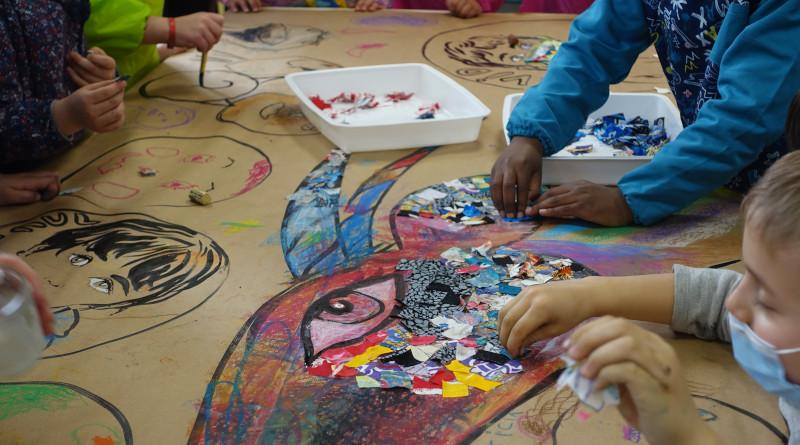 Atelier plastique dans le cadre du salon du livre jeunesse à Saint-Germain-les-Arpajon (Essonne). Photo (c) association FLPEJR