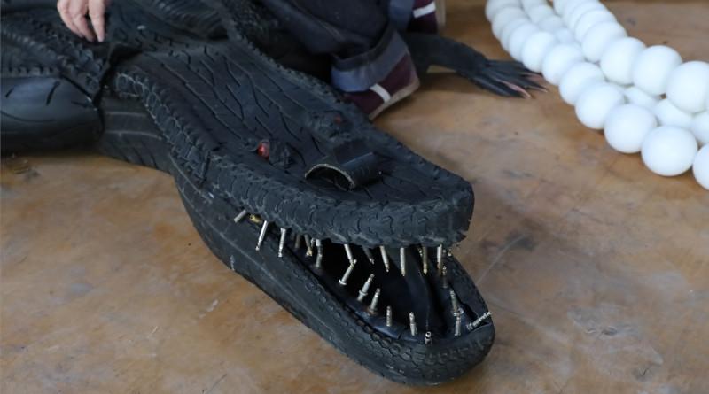 """Le crocodile du """"manège cauchemar"""" a été réalisé avec de vieux pneus. Photo LC-M'Essonne"""