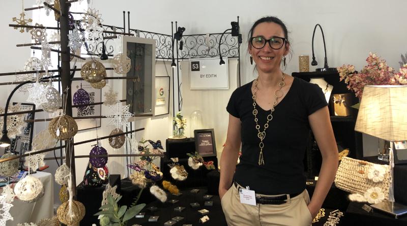 Edith devant son stand à la Fête de la création et des métiers d'art de Saint-Jean-de-Beauregard- Crédit AR M'Essonne