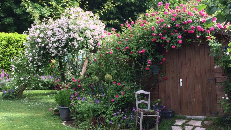 Le jardin Le petit grillon à Saint Chéron allie jardin et potager pour un ensemble d'inspiration romantique.