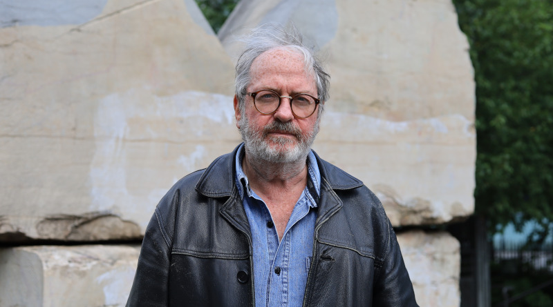 Portrait du photo journaliste Yan Morvan, au sujet de sa résidence pour L'oeil urbain à Corbeil. Photo (c) LC M'Essonne
